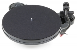 Pro-Ject RPM-1 Carbon pianosvart skivspelare med 2M Red